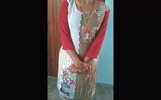 Bhabhi mummee dikhati hui