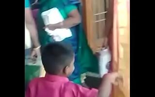 Tamil Aunty saree neval