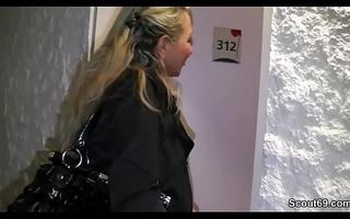 Mutter besucht jungen Liebhaber im Motor hotel zum Ficken