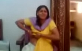 Indian aunty showing her big boobs - Allvideosx.com